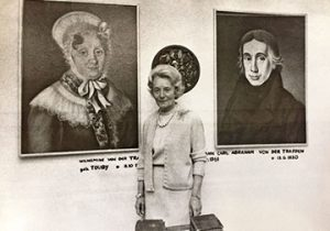 """Erni von der Trappen bei der Feier zu """"200 Jahre Privilegium Adler Apotheke"""" im Jahr 1973 vor der Ahnengalerie der Familie"""